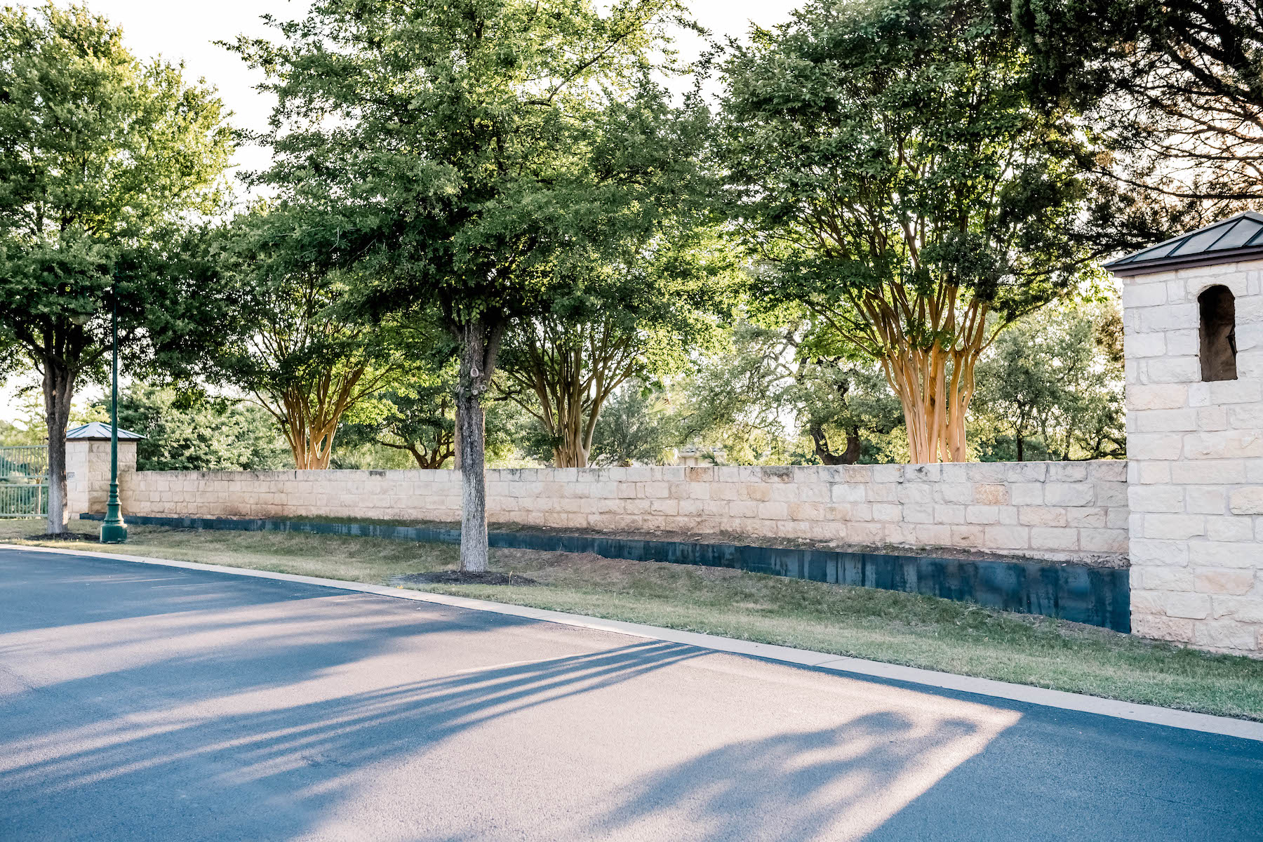 Decorative retaining wall